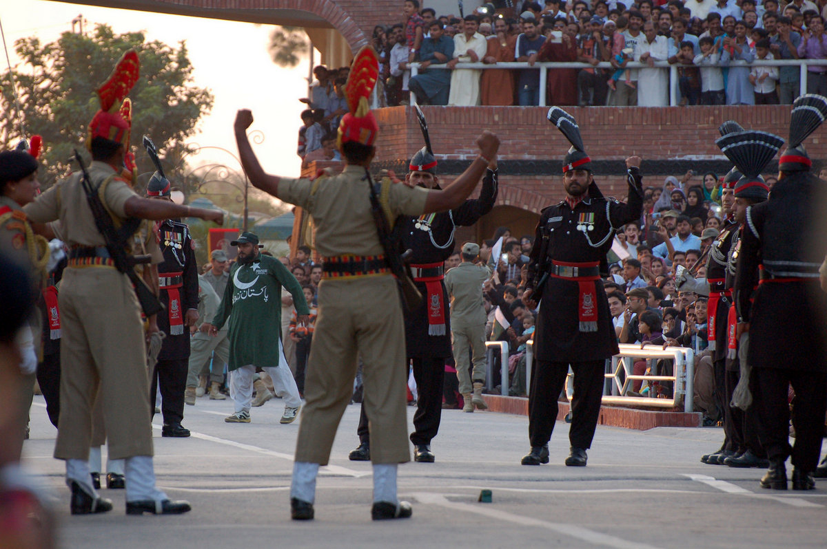 wagah border The separation was painful, because some states were split into different sides of the border, like the state of punjab and in particular the town of wagah this situation lead to increase hostility between the two ethnic groups and to few wars between those already formed new countries, and even more since both want the.